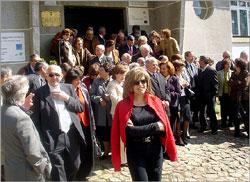 Antigosalunos à entrada do antigo Colégio