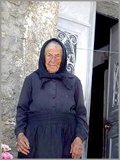 Ana Vasca, de pé, no balcão da casa