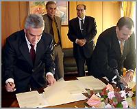 Assinatura do acordo (foto Câmara Municipal daGuarda)