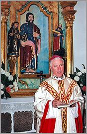 D. Manuel Felicio, Bispo da Guarda, junto à imagem de São Paulo na paróquia de Ruivós
