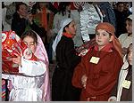 Crianças recebem presentes na tenda