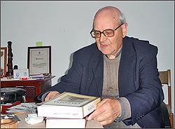 O Padre Souta com o livro «Celestina»