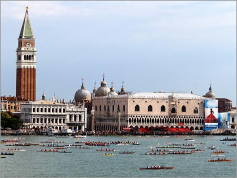 Veneza em dia de regata. À esquerda, a Biblioteca Marciana e o Campanile; à direita, o Palácio dos Doges e, por trás, a Basílica de São Marcos