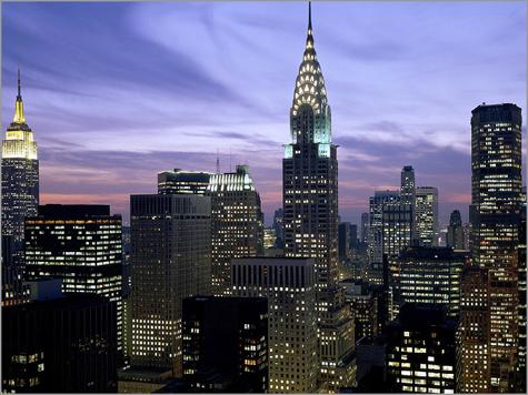 Vista nocturna de Nova Iorque. À esquerda, distingue-se o Empire State Building e, ao centro, o Chrysler Buiding