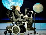 Stephen Hawking. Apesar de sofrer de esclerose lateral amiotrófica desde os 21 anos tornou-se professor de Matemática na Universidade de Cambridge e um dos maiores cientistas mundiais