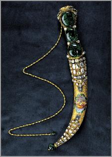 A famosa Adaga do Topkapi com três enormes esmeraldas no cabo