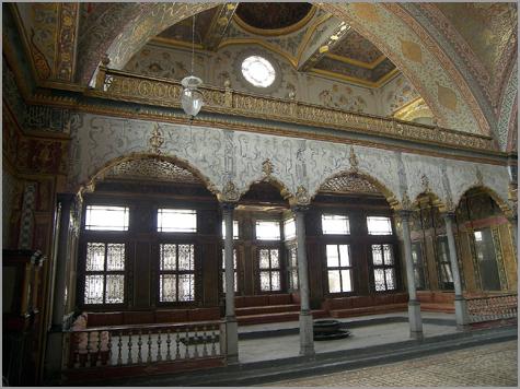 Um dos salões do harém do sultão turco. Palácio Topkapi, Istambul (século XIX)