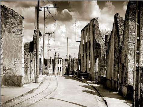 Por ordem do general De Gaulle, Oradour-sur-Glane nunca foi reconstruída. Permanece como um memorial da 2.ª Guerra Mundial